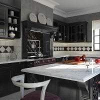 яркий фартук из плитки стандартного формата с рисунком в дизайне кухни картинка