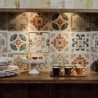светлый фартук из плитки маленького формата с изображением в декоре кухни фото