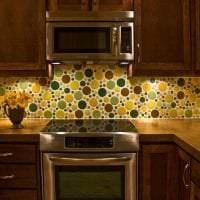 красивый фартук из плитки большого формата с рисунком в декоре кухни картинка