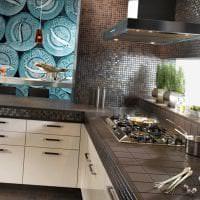 яркий фартук из плитки стандартного формата с изображением в интерьере кухни фото