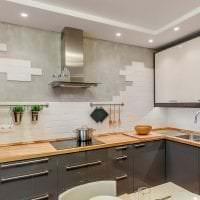светлый фартук из плитки маленького формата с рисунком в декоре кухни картинка