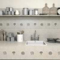 красивый фартук из плитки большого формата с рисунком в дизайне кухни фото