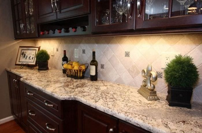 яркий фартук из плитки стандартного формата с рисунком в стиле кухни