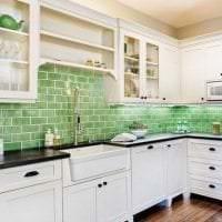светлый фартук из плитки большого формата с рисунком в интерьере кухни фото