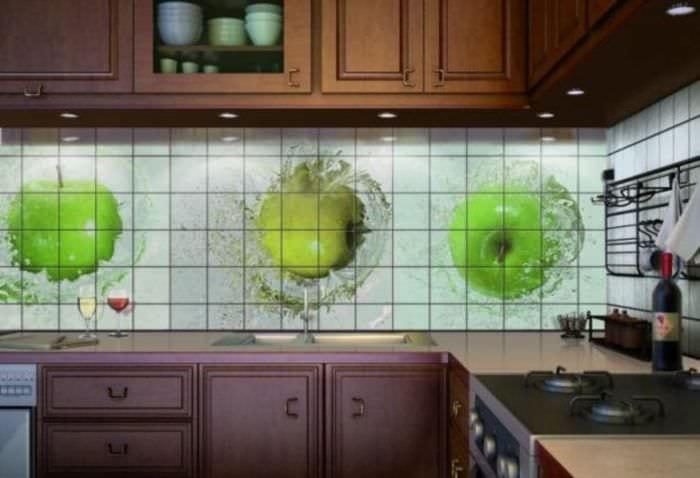 красивый фартук из плитки маленького формата с рисунком в декоре кухни