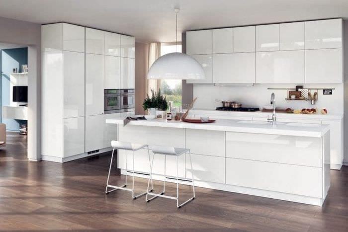 яркий интерьер белой кухни с оттенком голубого