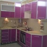 яркий дизайн кухни в цвете фуксия фото