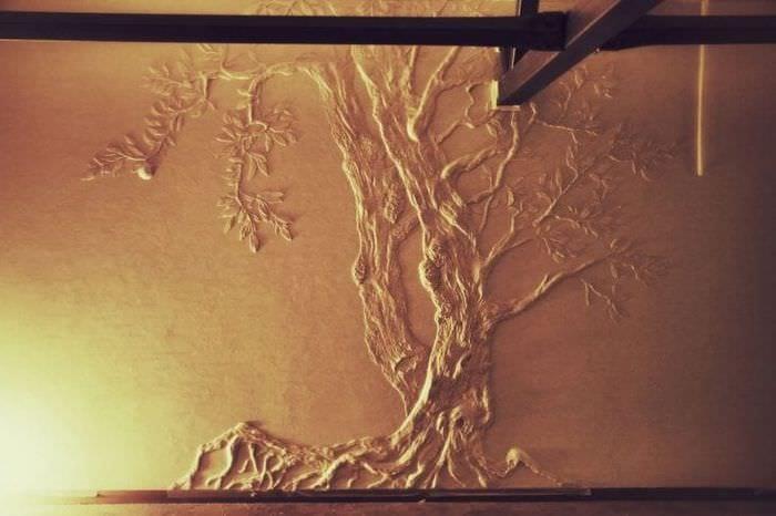 светлый дизайн коридора с барельефом