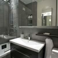светлый интерьер ванной комнаты с душем в светлых тонах фото