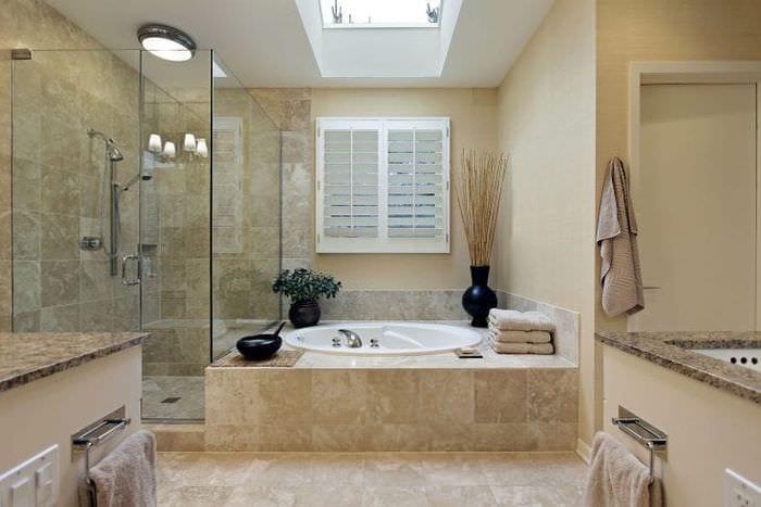светлый интерьер ванной комнаты с душем в светлых тонах
