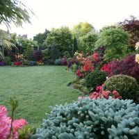 необычный ландшафтный декор двора в английском стиле с цветами фото