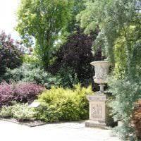 красивый ландшафтный дизайн двора в английском стиле с деревьями фото
