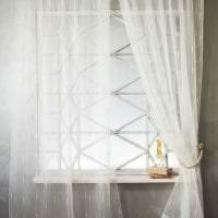 светлый полиэстеровый тюль в интерьере гостиной фото