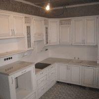 светлый интерьер белой кухни с оттенком серого картинка
