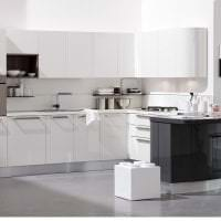яркий интерьер белой кухни с оттенком песочного фото