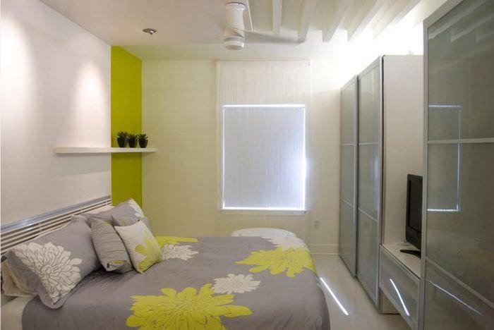 яркий интерьер комнаты в различных тонах