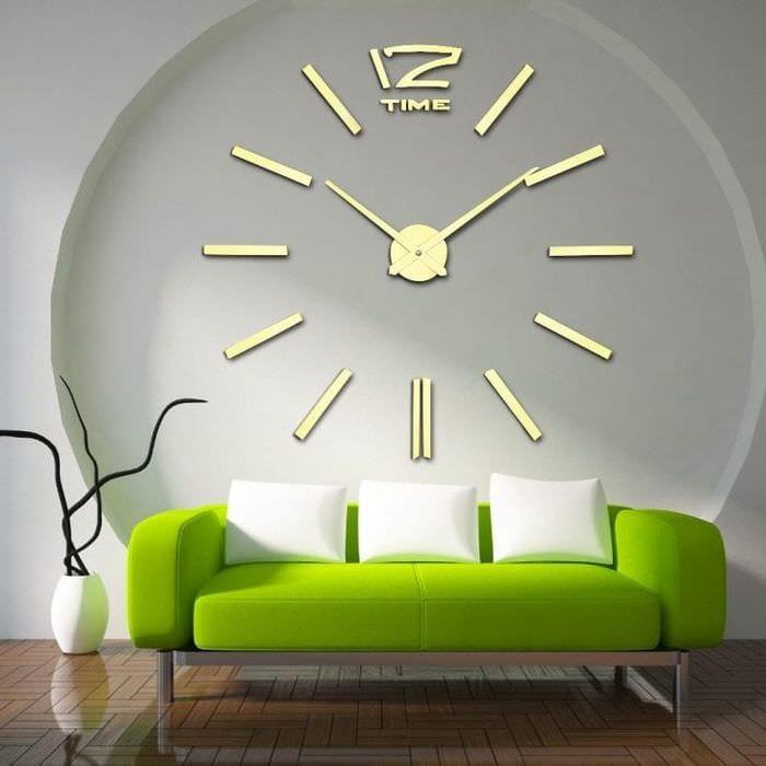 пластиковые часы в прихожей в стиле минимализм