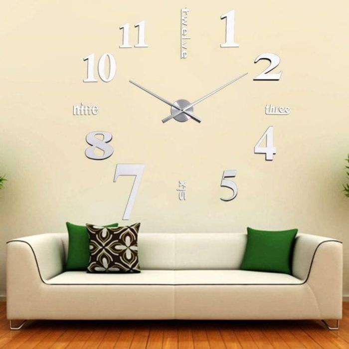 металлические часы в спальне в стиле классика
