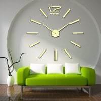 металлические часы в спальне в стиле классика картинка