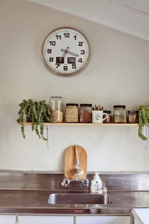 пластиковые часы в гостиной в стиле кантри