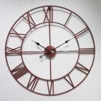 деревянные часы в гостиной в стиле минимализм картинка