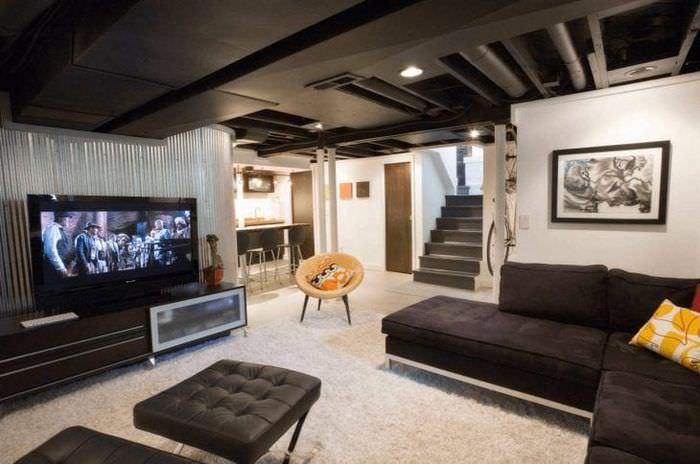 деревянный черный потолок в стиле кухни