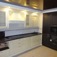 деревянный черный потолок в дизайне гостиной фото