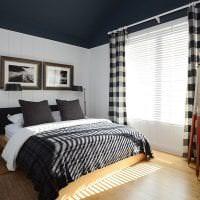 деревянный черный потолок в декоре спальни картинка