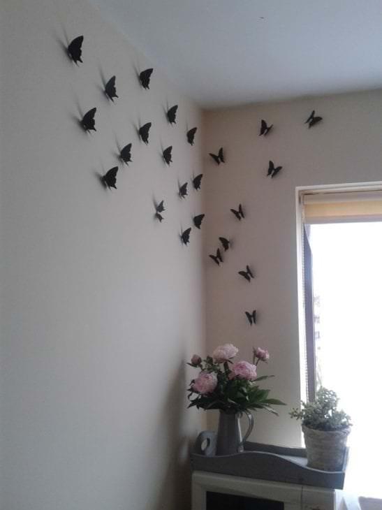 необычные бабочки в декоре коридора