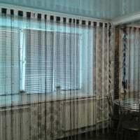 яркие шторы нити в дизайне коридора картинка
