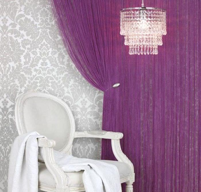 светлые шторы нити в интерьере спальни