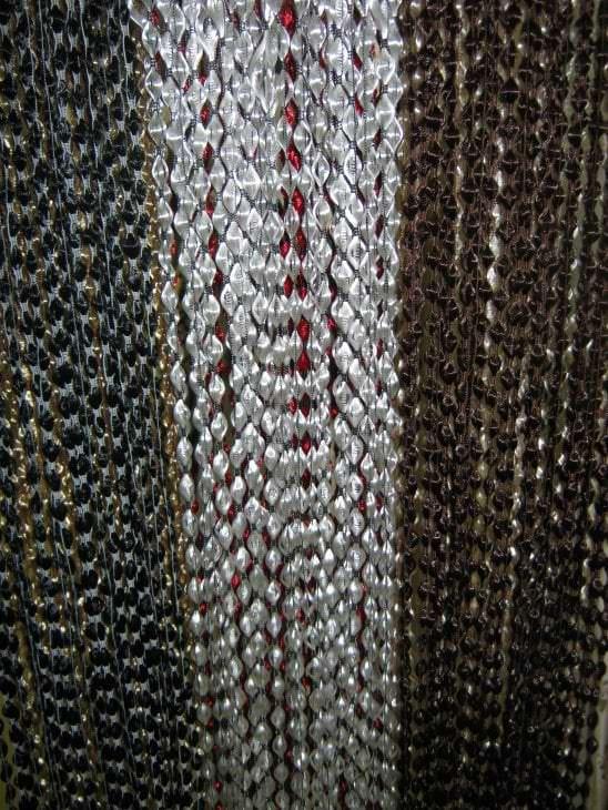 цветные шторы нити в стиле прихожей