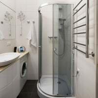 красивый декор ванной комнаты с душем в ярких тонах фото