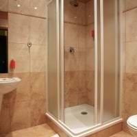 красивый интерьер ванной комнаты с душем в светлых тонах фото