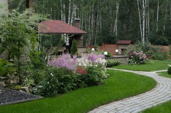 шикарный ландшафтный декор дачного участка в английском стиле с деревьями