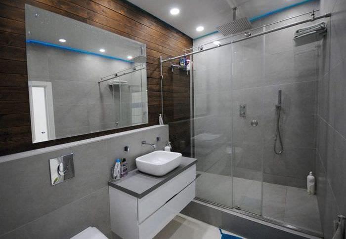 яркий стиль ванной комнаты с душем в светлых тонах