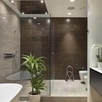необычный декор ванной комнаты с душем в светлых тонах фото