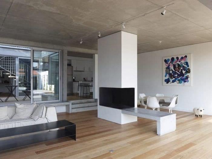 интерьер потолка с бетоном в гостевой