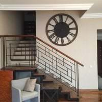 металлические часы в гостиной в стиле минимализм фото