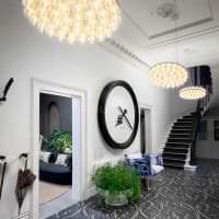 пластиковые часы в коридоре в стиле классика картинка