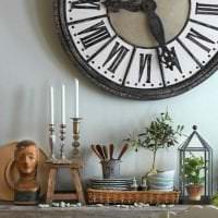 деревянные часы в спальне в стиле кантри картинка