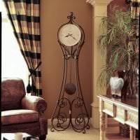деревянные часы в гостиной в стиле кантри фото
