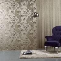 полосатые темные обои в дизайне комнаты фото
