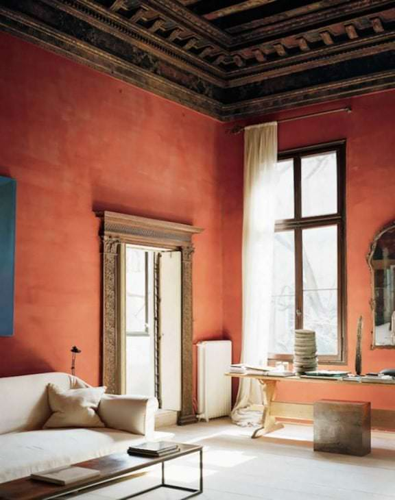 приятный терракотовый цвет в дизайне коридора