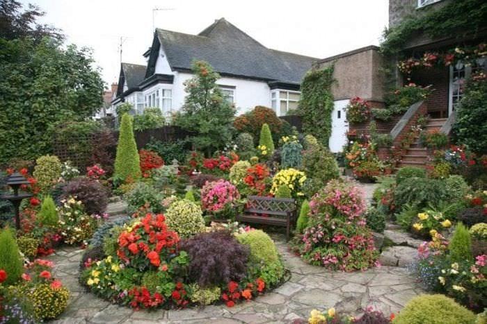необычный ландшафтный дизайн дачи в английском стиле с цветами