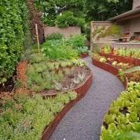 красивый ландшафтный дизайн сада в английском стиле с цветами картинка