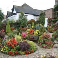 необычный ландшафтный декор сада в английском стиле с цветами фото