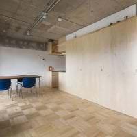 дизайн потолка с бетоном в гостевой картинка