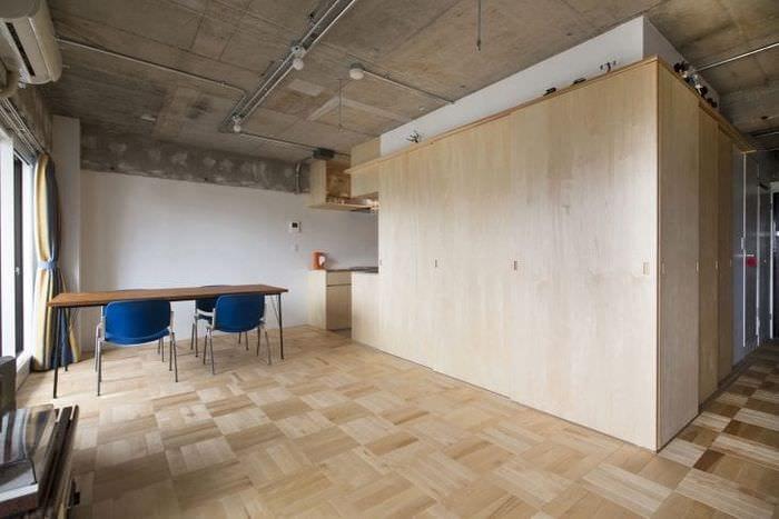 дизайн потолка с раствором бетона в гостевой