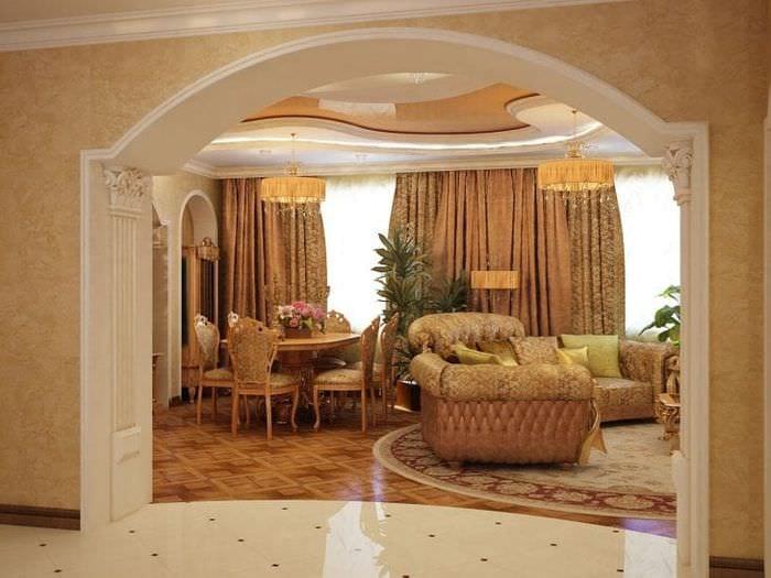светлая арка в дизайне коридора